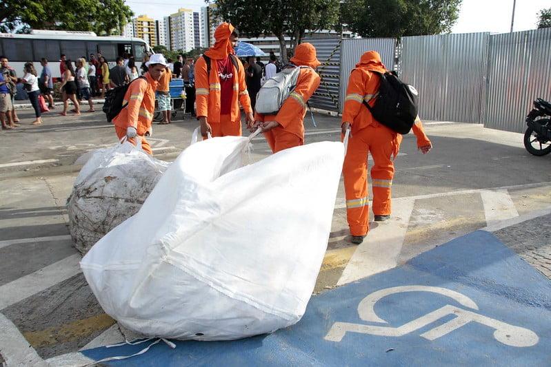 Prefeitura retira quase de 100 toneladas de resíduos após Réveillon 2020