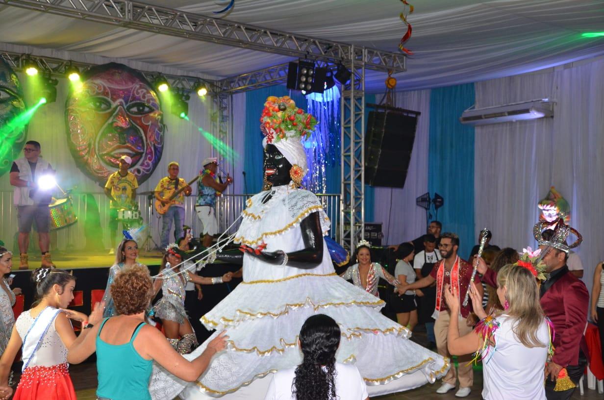 Ao som das tradicionais marchinhas, Kamelia abre oficialmente o Carnaval de Manaus