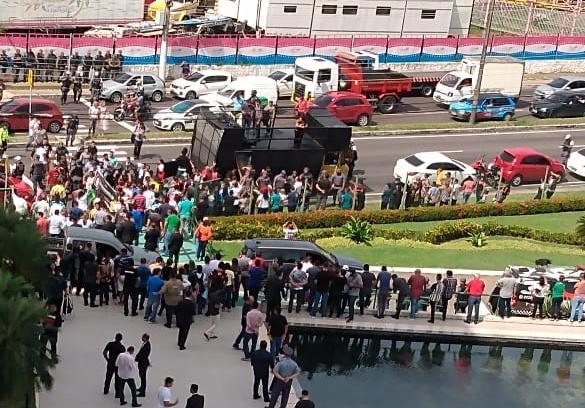Fucionários públicos e motoristas de aplicativo fazem protesto na ALEAM