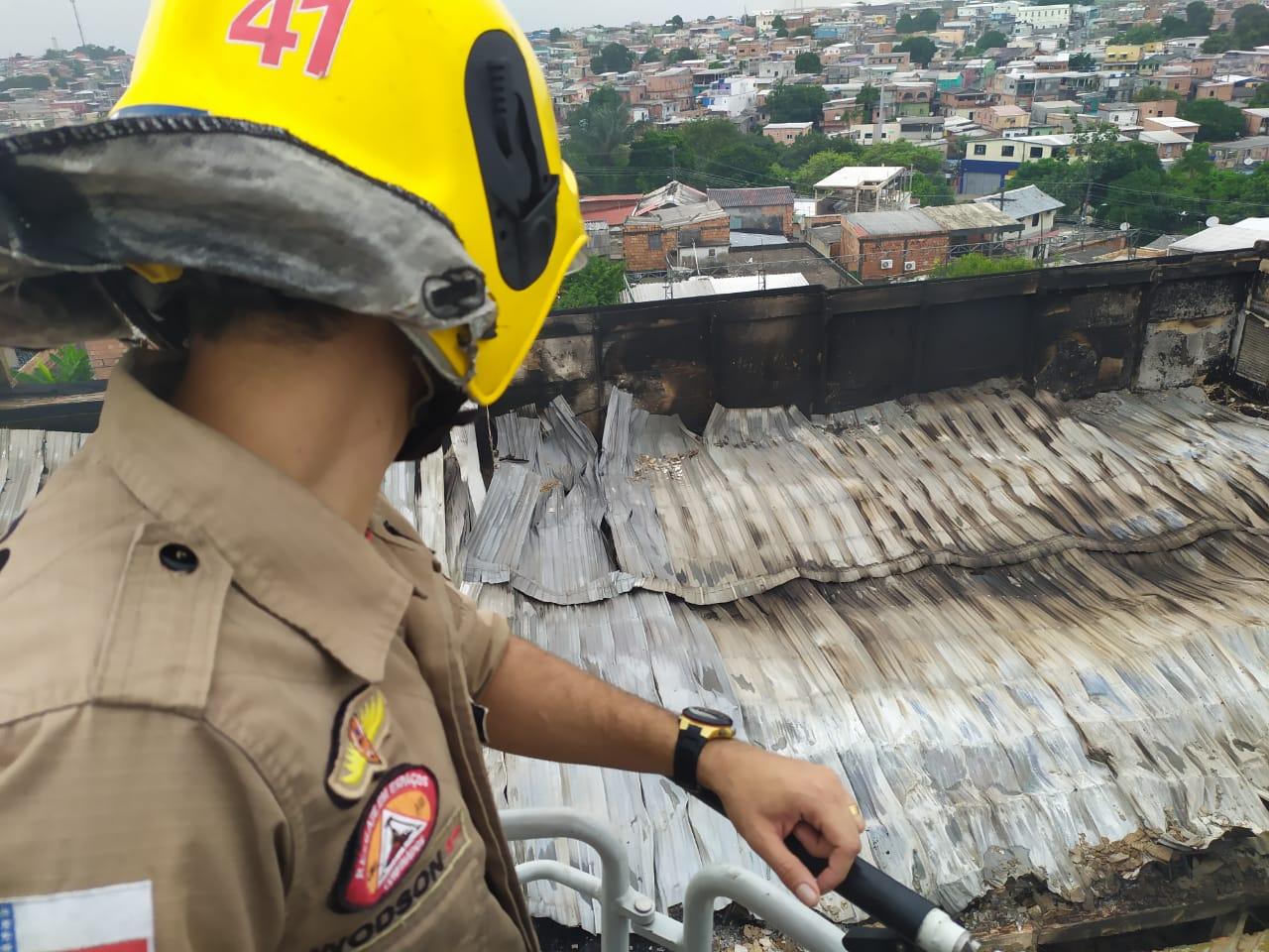 Bombeiros trabalham no rescaldo de incêndio na Compensa e famílias atingidas são assistidas