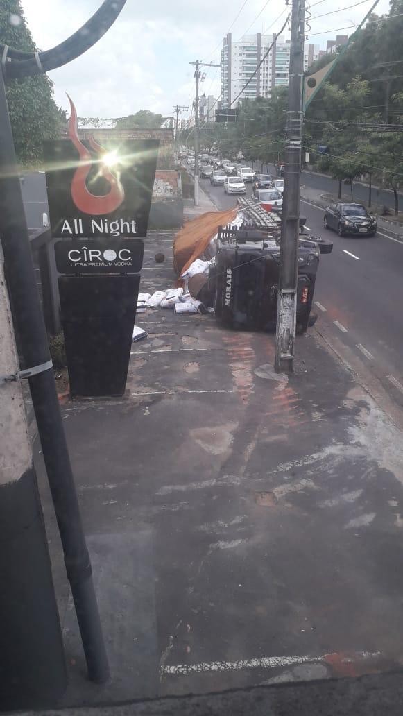 Caminhão tomba em calçada em frente ao All Nigth