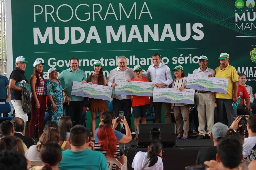 Wilson Lima entrega fomento a empreendedores e Termos de Quitação de Imóvel para moradores do Monte das Oliveiras