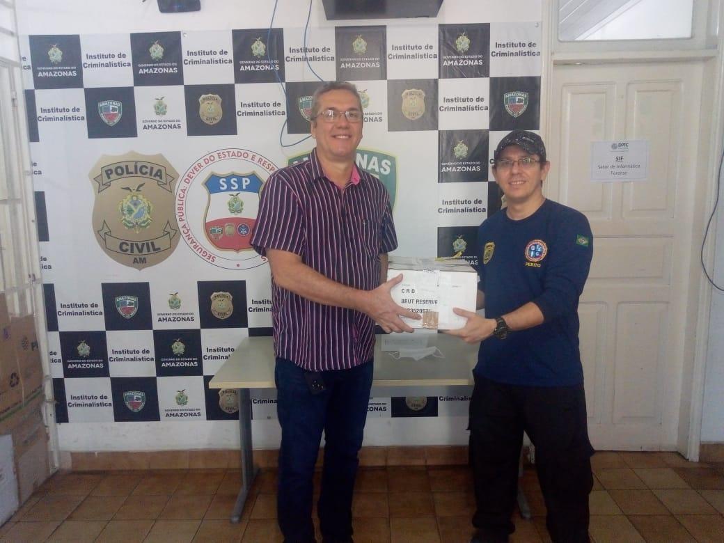 Instituto de Criminalística recebe materiais doados por especialista em perícia