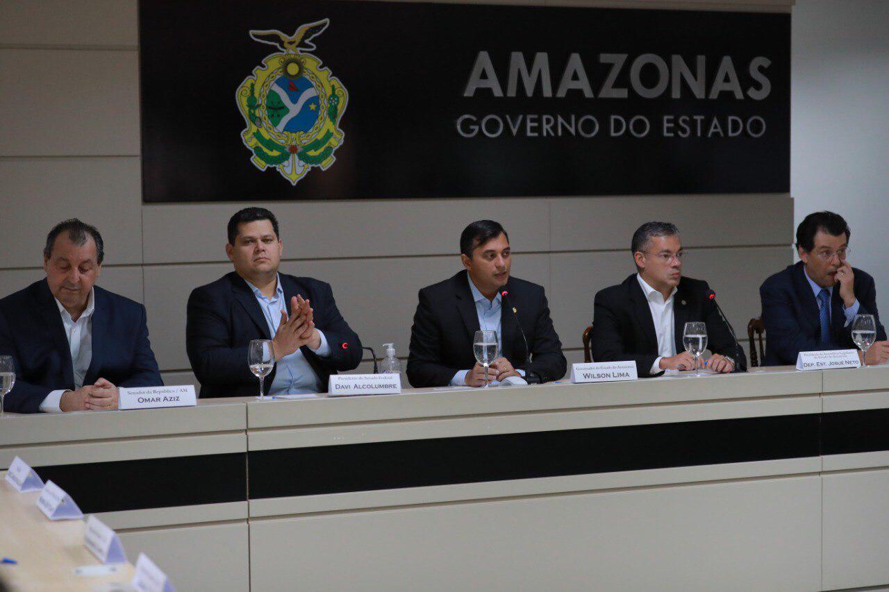 Wilson Lima entrega ao presidente do Senado, Davi Alcolumbre, documento em defesa da ZFM