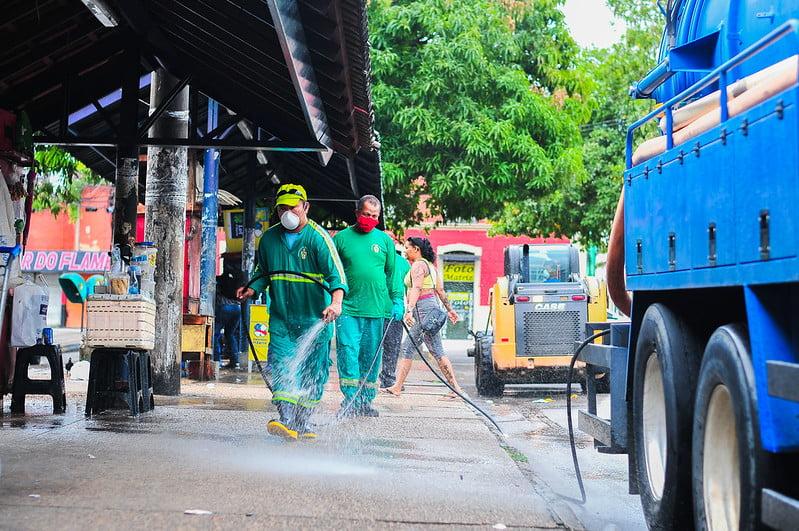 Prefeitura realiza desinfeção na estação central de ônibus e entorno da praça da Matriz