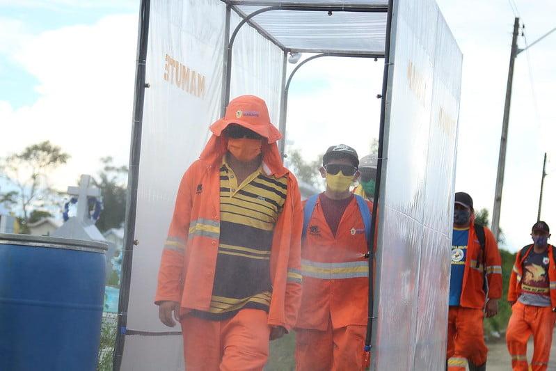 Prefeitura instala cabine de sanitização para funcionários do cemitério