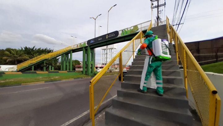 Passarela e parada de ônibus da Torquato Tapajós são desinfectadas por empresa parceira da prefeitura