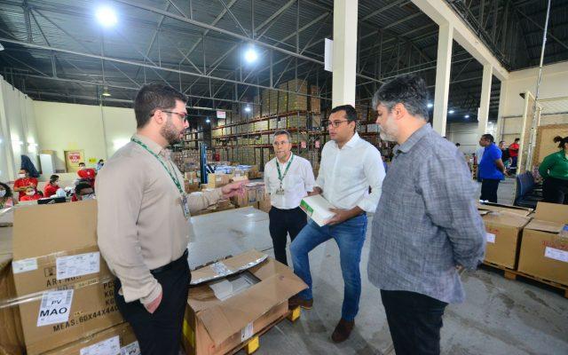 Governador Wilson Lima recebe kits de EPIs produzidos pela UEA para profissionais de saúde em combate à Covid-19
