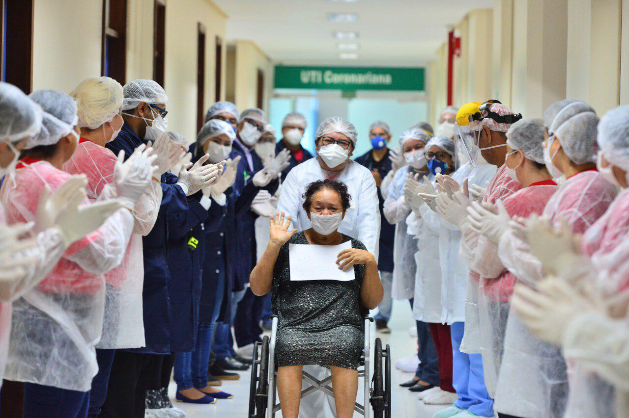 Paciente de Covid-19 recebe alta médica do Hospital de Retaguarda da Nilton Lins