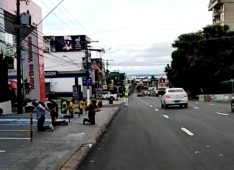EFEITO CORONAVÍRUS – População para tudo e ora a Deus nas ruas de Manaus na fé que a pandemia seja controlada em breve