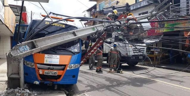 Em acidente de trânsito micro-ônibus derruba 2 postes na Compensa