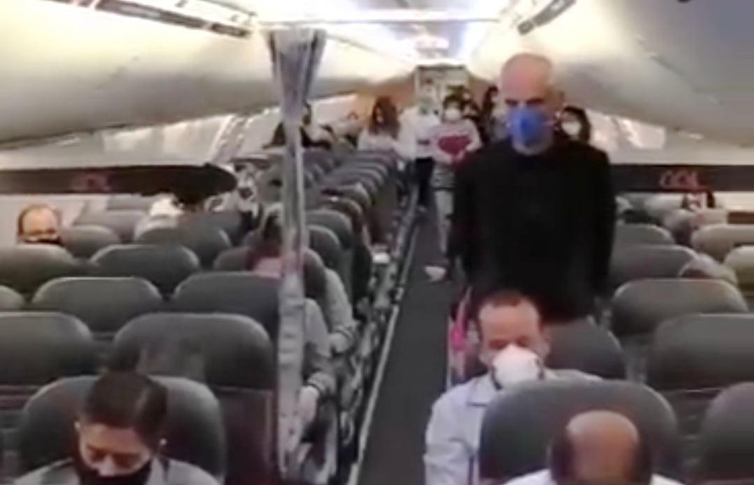 CORONAVÍRUS-Heróis da saúde são aplaudidos dentro de avião com destinoa Manaus