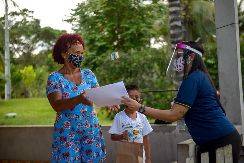 Sem acesso à TV e internet, alunos de comunidade na área ribeirinha recebem material didático impresso