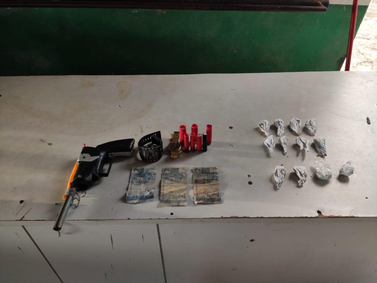 Menor infrator é apreendido com arma de fogo e entorpecentes em Maués
