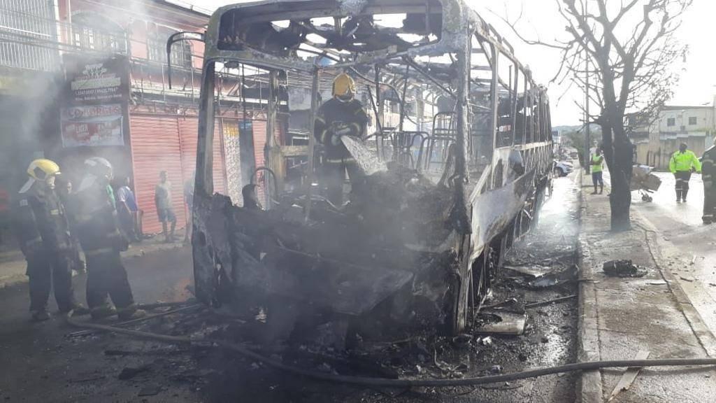 Ônibus da Global Green pega fogo em plena via pública