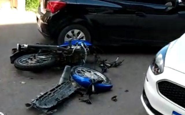 ACIDENTE IMPRESSIONANTE Motoqueiro escapa milagrosamente de colisão frontal com viatura da PMAM