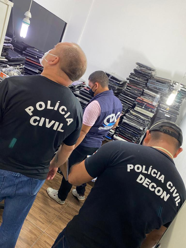 POLÍCIA CIVIL realiza fiscalização para apurar irregularidades em loja de assistência de notebooks, na capital