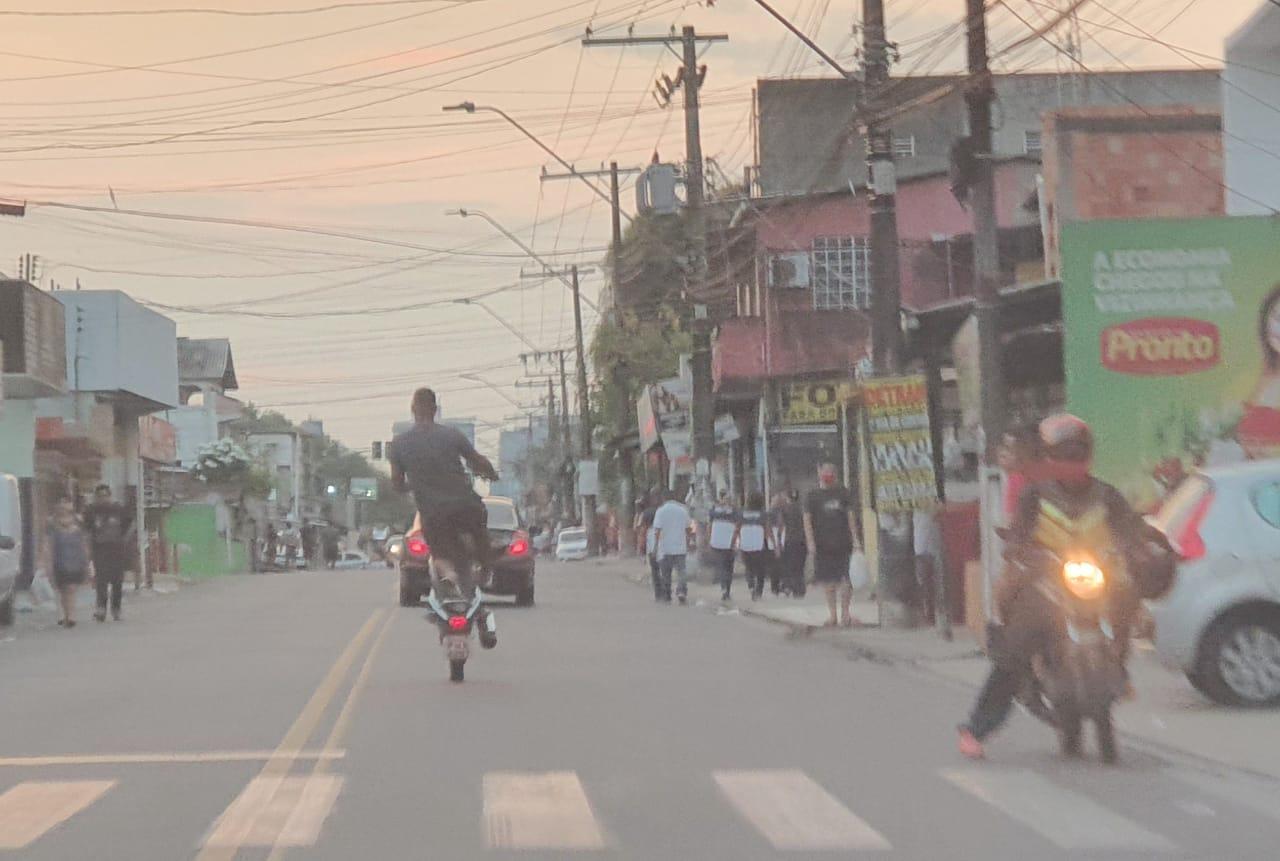 IMPRUDÊNCIA – Motoqueiro faz malabarismo na rua sem capacete e põe em risco a vida dele e de populares