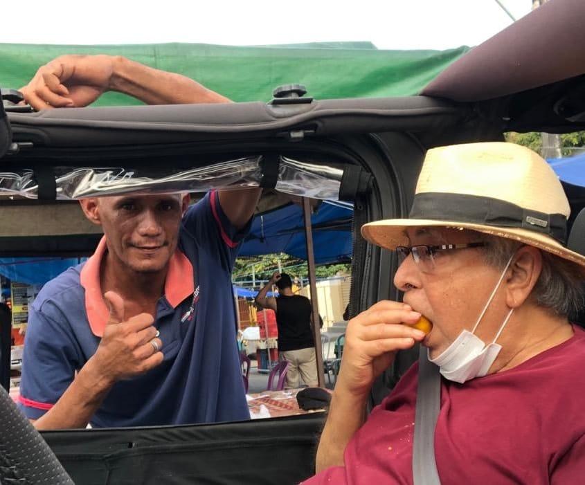 POLÍTICA | Amazonino Mendes faz aparição em feira de Manaus comendo fruta típica da região