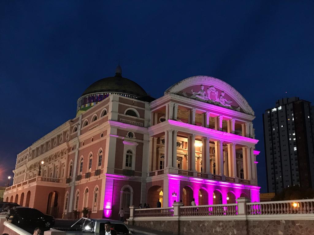 TEATRO Amazonas é iluminado de lilás em alusão ao mês de combate à violência doméstica