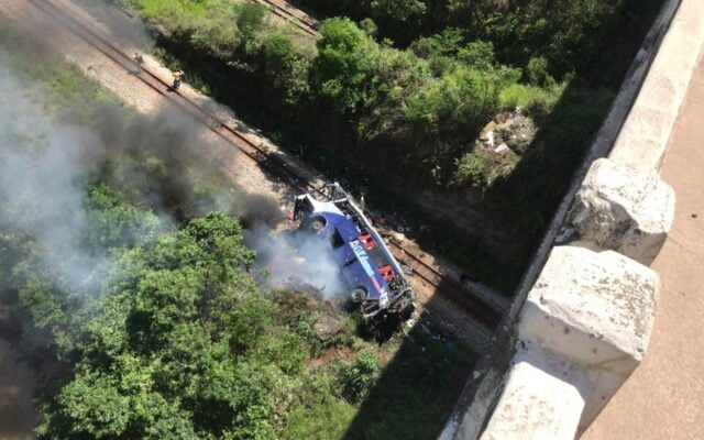 Ônibus cai de viaduto em Minas Gerais e deixa 10 mortos até o momento segundo PRF; veja o vídeo