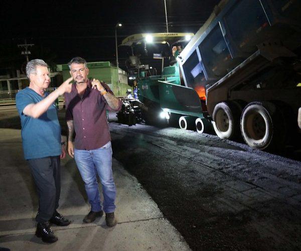 Durante a madrugada, prefeito vistoria recapeamento da avenida Darcy Vargas